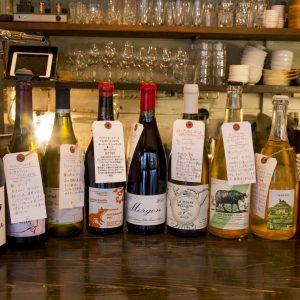 ワインにはそれぞれソムリエの手書きラベル付き。好みで相談してオーダーも。/「東京・清澄白河生まれの生樽ワインも飲めます!(大森さん)」
