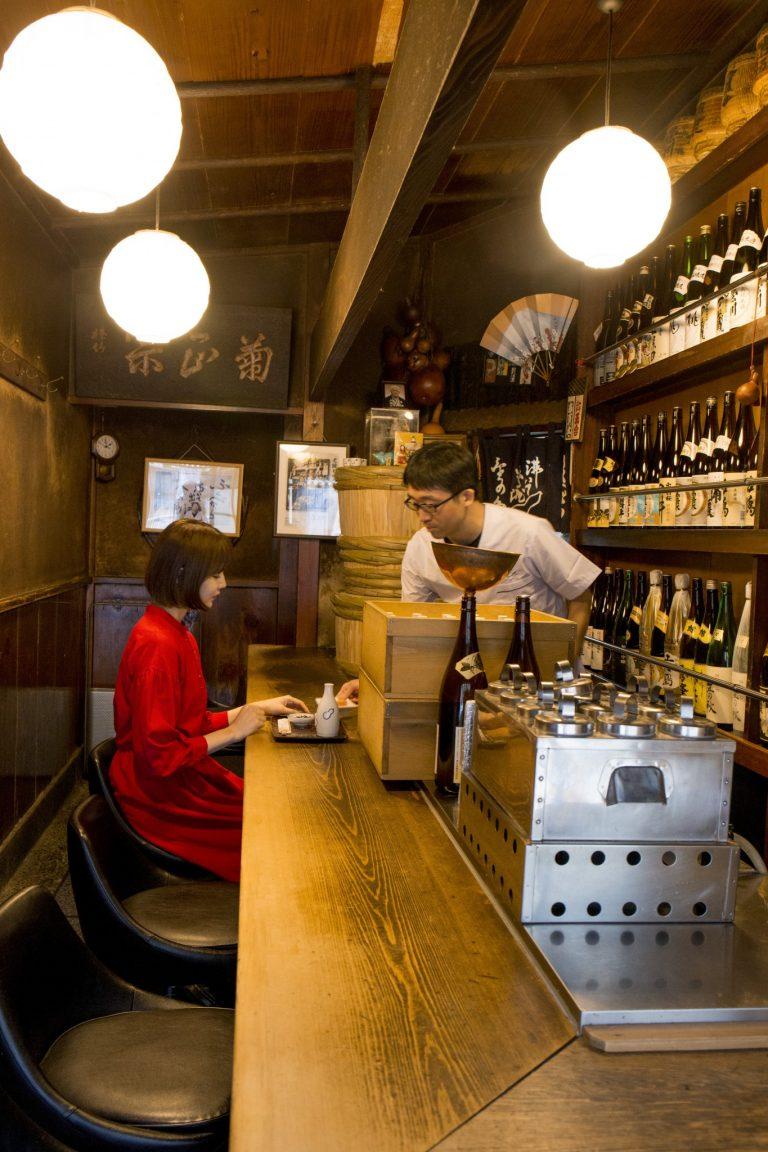 タイムスリップしたような、永い年月を経た味わいを感じる店内。「正統派大衆居酒屋の雰囲気を楽しんでほしい!(パリッコさん)」