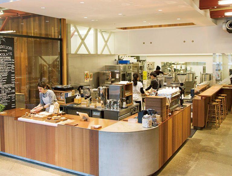 2016年2月、サンフランシスコから初上陸したビーントゥバー専門店。昨年末に、シングルオリジンのカカオとオーガニックのきび糖だけを使用したジャパンメイドのタブレットが誕生。「目や耳で製造工程を楽しんだ後は、産地別ブラウニーの食べ比べセットがオススメ」。