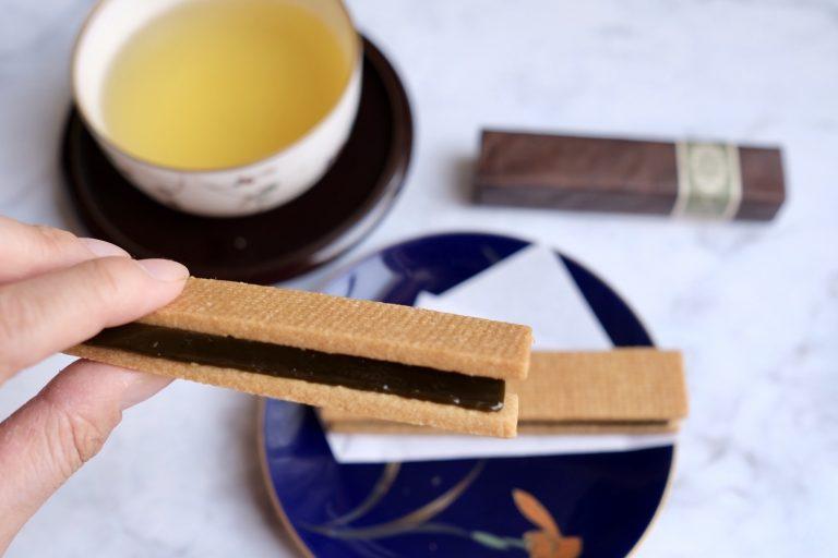 一口いただくとサクサク食感のサブレからバターがジュワッと染み出てきて、抹茶キャラメルがとろけていきます。水あめが含まれているからかキャラメルはねっとりと粘度が高く、噛むごとに香り高い抹茶の味わいが口の中にじんわりと広がっていき、おいしい後味を残していきます。  甘さは砂糖だけではなくホワイトチョコレートでもプラスしているので、どこかまろやかで上品な味わい。そして塩を使うことで、甘さの中にもしっかりと味の輪郭が感じられるような抹茶キャラメルに仕上げられています。