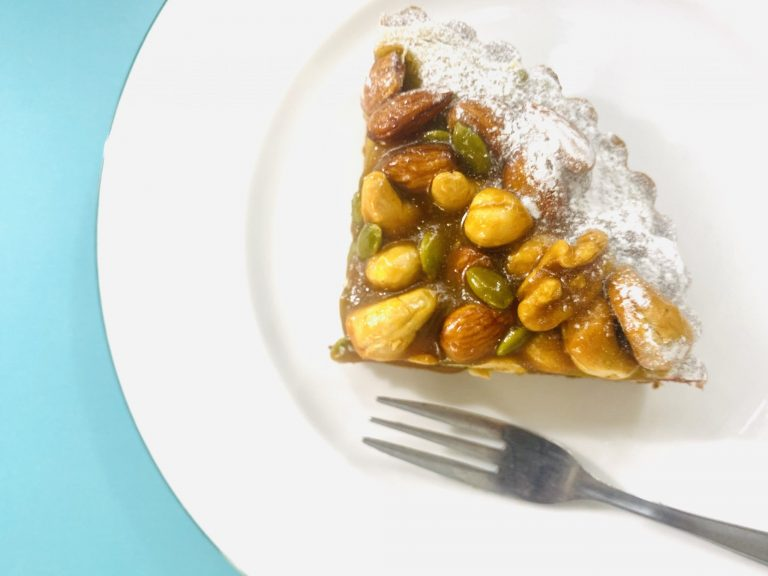 キャメルの絶妙な甘さとほろ苦さ、そしてじっくりと焼かれたナッツの香ばしさがたまらない1品。贅沢に4種類も使用したナッツのカリッとした食感と、タルトのザクザク感がクセになりそう。ナッツは美容効果が高いのも嬉しいポイント。