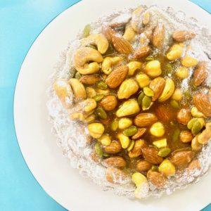 かにわしタルト内でリピート率ナンバーワンを誇る「キャラメルナッツタルト」。まるで宝石のようにキラキラと輝くナッツがびっしり詰められているのでボリュームも満点!