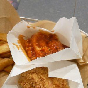 「ヤンニョムチキン」は、韓国では手をベトベトにしながら食べるそうですが、日本の店舗では手が汚れないよう、写真のように袋に入った状態で提供してくれます。 ヤンニョムソースとは、コチュジャン、梅肉、ブルーチーズ、ケチャップを原料とし、フライドチキンのために開発されたオリジナルソースだそう!ソースがたっぷりとかかった「ヤンニョムチキン」も、サクサク感は変わらずにありました。少し酸味の効いた甘辛ソースは、韓国料理が好きな人にオススメ。 *すべて税込