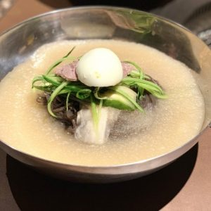 黒冷麺」こと「葛冷麺」(1,200円)です。本場韓国から仕入れている葛根とそば粉を使った黒い麺は、インパクト大!見た目はそばのようですが、もちもちと弾力があります。  そしてもう一つ気になるのは、麺の周りにあるシャリシャリとしたスープ。シャーベット状に凍らせたスープは、牛肉と野菜をじっくり煮込んで作られています。野菜の甘みが感じられる優しい味付けと、さっぱりとした食感がお肉を食べたあとにぴったりです!