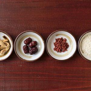 【SEASONING】韓国では丸鶏に漢方や米を詰めるのが一般的だが、〈入ル〉のサムゲタンはスープにクコの実や高麗人参、ナツメを加えているのが特徴的。漢方の栄養分がスープにしっかりと溶けこんでいるうえ、鶏肉本来のジューシーさを楽しめると評判。
