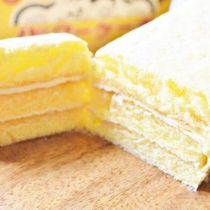 ……そうだ、子供の頃に食べたケーキかもしれない。  その時のバタークリームよりも口どけがよく、なんといっても胸焼けしないのがよい(笑)。  しばらく室温に置くと、バタークリームが柔らかくなってスポンジが更にしっとり。 また、冷蔵庫(冷凍庫でも◎)から出したての状態で食べると、バタークリームのスーッととろけるような口どけを堪能できます。2本ありますので、両方の食感を食べ比べるのも楽しいですよ。