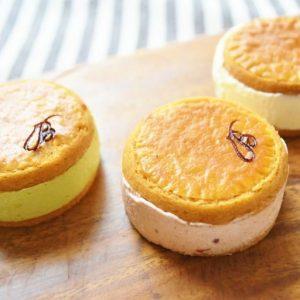 """バターサンドの顔といえるのが""""クッキー""""。 生地にはアーモンドパウダーを配合し、あえて有塩バターを使用しています。  昔ながらの製法で作られているこの""""クッキー""""。サックリとした食感のクッキーと、ザクザクッ!とした異なる食感のクッキーでバタークリームをサンドしています。たっぷりサンドされたクリームに驚きますが、その軽やかな食感と口どけで2度ビックリ。思ったより後味がアッサリしています。 〈ボンボンロケット〉では、季節によってフレーバーが変わりますが、常時20種類の味が楽しめるそう。"""