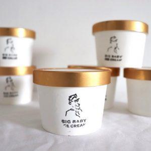 「祖父が横浜でアイスクリームを売っていたこともあり、もともとアイスが好きだった」、「世代にかかわらずたくさんの人に愛されるお店を目指したい」と話す、吉田健太郎さん、康太郎さんの兄弟が新丸子にオープンした、アイスクリームダイナー〈BIG BABY ICECREAM(ビッグベイビーアイスクリーム)〉。  新丸子にあるお店の前は歩行者天国になっており、子どもたちが自由に走り回っている光景を見て、この場所に決めたのだとか。大人も一緒に子どもの頃に戻ったかのような気持ちでカジュアルに楽しめるようにと、白を基調にしたたっぷりの光の差し込む明るく、ふらっと気軽に立ち寄れる雰囲気のお店に。店内は15席ほど。テイクアウトも可能だが、お店でゆっくり休憩しながらカフェタイムを満喫することも可能です。  そして〈BIG BABY ICECREAM〉という店名の由来は「アイスクリームを食べる時は大人も子どもの気持ちに戻れるから」だそう。とってもユニークで、その由来を聞くだけでなんだかワクワクします。