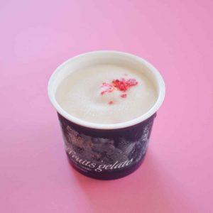 阿蘇の大自然で育ったジャージー牛のミルクから作られた、濃厚で栄養価の高いヨーグルトのジェラートの上に、食べられるローズの花を散りばめた「ローズ×ヨーグルト」。