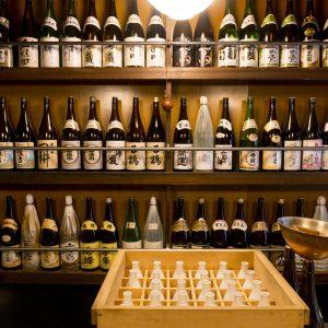 全国の日本酒41種類がずらり。ラインナップは滅多なことでは変わらない。正一合550〜。