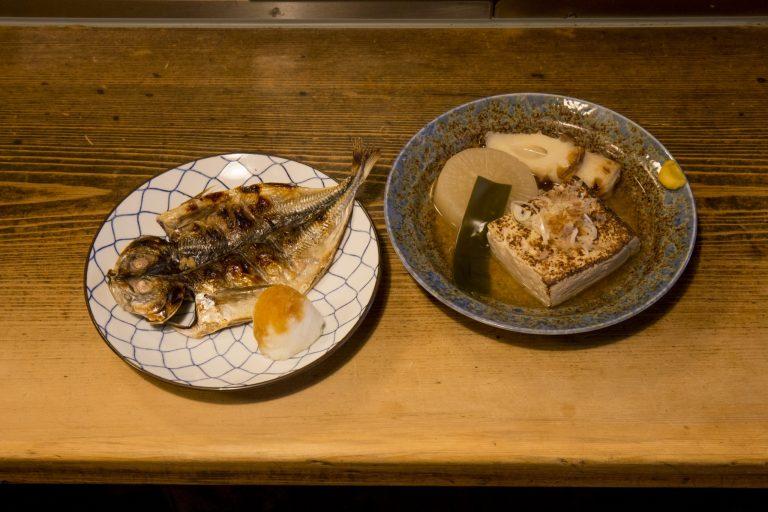 干物は、アジ、かます、鮭ハラスがそろう。くさやも人気。アジの干物650円、おでん700円。