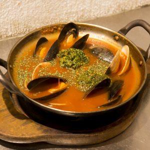 ムール貝とはまぐりのデポ蒸し、トマトバジル味。〆はスープパスタorおじや風に。