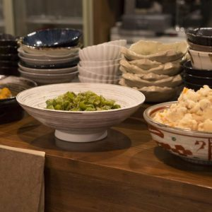 系列の和食店〈旬菜 いまり〉仕込みの丁寧にひいただしがベースのおばんざいと、ジューシーなハンバーグやエビフライなどの洋食を一軒で同時に味わえるのがうれしい。