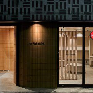 〈THE TOBACCO 神田店〉の外観。すべての喫煙所には、コーヒースタンドが隣接されている。