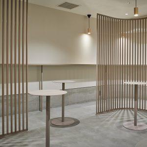 〈THE TOBACCO 神田店〉の内観。居心地のよさを追求した、クリーンで広々としたデザインが特徴。