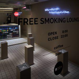 スタンディング形式を採用した〈THE TOBACCO 赤坂店〉。店内に光るネオンサインや、奥に見えるショーケースは、お店の外からつい覗き込んでしまいたくなるほど。