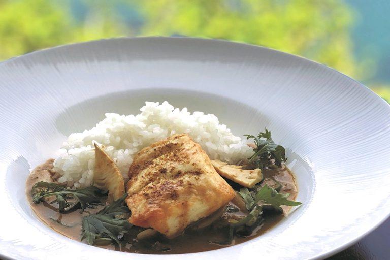 シェフ、料理人、菓子職人等が考案した、三重県内で生産される農林水産物を使用したメニュー。「シェフお届けメニュー商品」。 写真は鳥羽国際ホテル「真鯛 タイ国風カレー」。