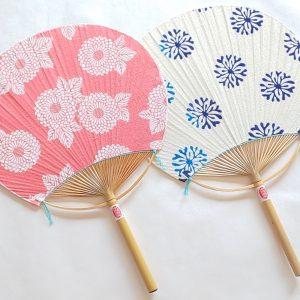 食べ物だけでなく、三重県指定伝統工芸品も。稲藤の「日永うちわ」。