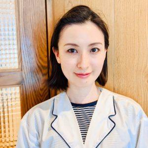 韓国の女の子の間ではもはや常識になりつつある根元をふんわりさせるパーマですが、ロットや施術のコツなど色々とあり、日本国内で施術できるサロンはまだまだ希少なのだとか。そんな日本では幻の根元パーマ、あざといまでの可愛さと感度が高さの兼ね合いが絶妙なヘアスタイルを作ることで定評のある〈バイオレット 表参道店〉では、いち早く取り入れていて、噂を聞きつけたお客さんから支持を集めているそう。