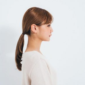 ニュアンスゼロのひとつ結びは、何だか老けた印象に。顔まわりに動きもないため、顔を大きく見せてしまう。人気ヘアスタイリストの土田瑠美さんに、コテを使ったひとつ結びの時短でおしゃれに見せるコツを教わりました。