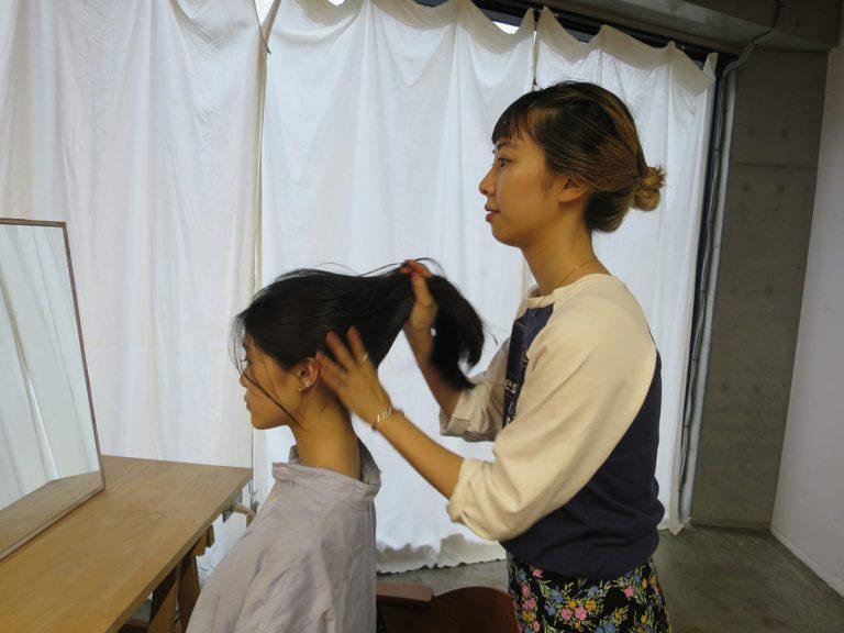 スタイリングの土台として、まずは少し濡れた髪にオイルをなじませることが重要だそう。濡らした髪にヘアオイルをなじませる。オイルの量は10円玉大。 水分をコーティングして髪をまとめてくれるので、広がりを抑えられる。