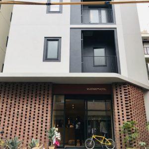 マスタードホテルの建築およびインテリアデザインは、ランドスケーププロダクツが担当。浅草の歴史と伝統ある景観に、現代的な建物がうまくマッチしています。マスタードホテルの「街の隠し味」というコンセプトの通り、ピリッとスパイスのきいた外観がおしゃれ!