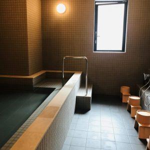 """施設2階の大浴場は、準天然温泉「光明神々温泉」を採用。""""光明石""""を入れたお湯は、肩こりや腰痛などに効果が期待できます。都内で本格的な温泉に浸かれるなんて、これだけで価値あり!"""