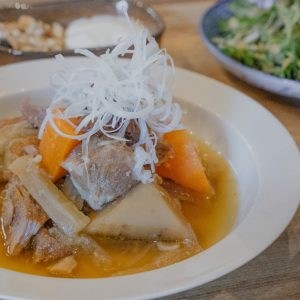 豚肉は、先ほど試飲した雪中キャベツと椎茸の野菜出汁でじっくり煮込まれたトロトロの優しい味わい。そこに朝鮮人参や枸杞などの漢方食材が入っています。棗が甘酸っぱさをプラスして食欲そそる!