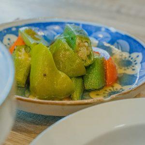 定食は副菜で季節感を取り入れているそう。こちらの夏野菜の焼き浸しは、大きめに切られた野菜の食感が食べ応え抜群。冷やされた鰹と鯖の和風出汁が夏を感じる…!