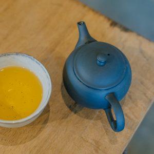 +100円で本日のお茶も追加できます(通常は湯飲みでの提供)。こちらの「薄荷(はっか)と陳皮の文山包種茶」は、リラックス効果が高く爽やかさの中にほんのり甘味のある味わい。もちろん茶葉の購入もできちゃいます。