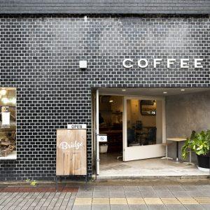 昭和建築のレトロビルも風情あり。
