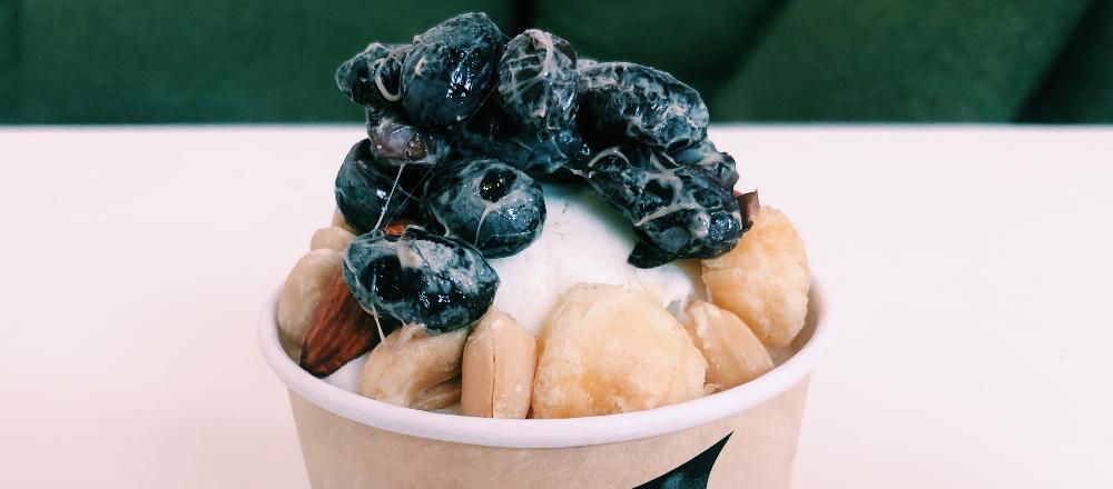 ナッツと黒豆が絶妙に合う!〈スナハラさんのスモークミックスナッツ直売店〉のバニラアイスを納豆カスタム。