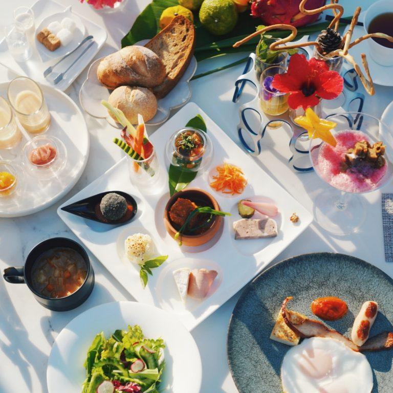ごはんはたっぷりと、季節野菜のサラダ、パイナップルやグアバのジャム、沖縄もずくやアグーなどの前菜の盛り合わせ。