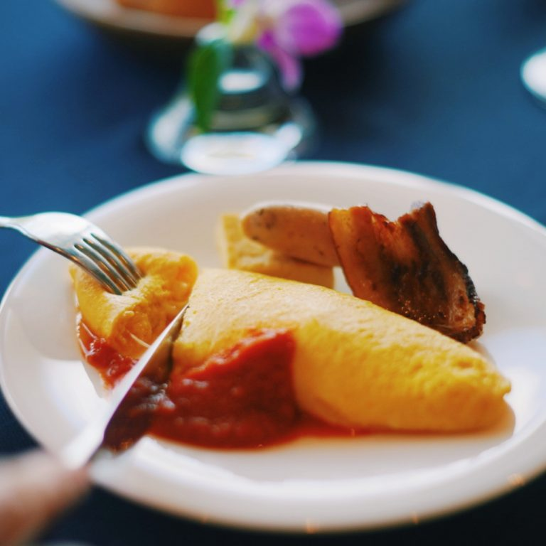 卵料理は、目玉焼きかオムレツかを選ぶことができますよ。沖縄の食材をふんだんに使ったモーニングをいただき、目も舌も癒されました。