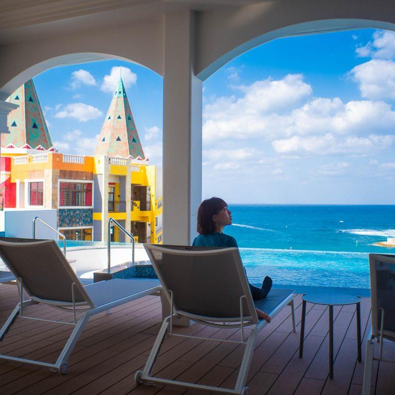 最上階の8階には、テーマパークのようなスパが。大浴場、プール、ジャグジー、スパ&エステ、カフェ&バーなど、子供から大人まで楽しむことができる場所です。まずはLequ目玉のプール!沖縄の海が一望できるインフィニティプールがあります。「ガゼボ」というリラックスできるベッドのようなものもあるので、女性同士やカップル、家族も嬉しいですね。水中バーやスタンディングジャグジー、キッズプール、岩風呂などもありました。
