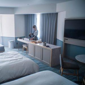 お部屋は「プレミアコーナールーム」。47.6平米あり、ヨーロピアンでモダンなブルーがとってもキュート!〈アメリカンビレッジ〉側のお部屋なので、夜は観覧車が見えてロマンチックでした。