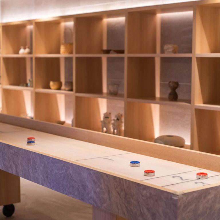 デザインコンセプトは、「ヨーロッパチック×沖縄モダン」。ヨーロピアンの棚には、沖縄の作家さんの陶芸作品などが展示しています。手前のカーリング風のものは、わくわくのために設置。その他、エントランスにある柱やアーチ形は、ヨーロピアンに琉球瓦や琉球石灰石が組み込まれたデザインになっています。