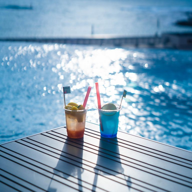 プールサイドにはカフェ&バーも!ノンアルコールの「ソルティーブルースパークリング」(700円)、「ソルティパインスパークリング」(600円)の他にも、お酒やおつまみは500円程度のものもあるので大変お得です!