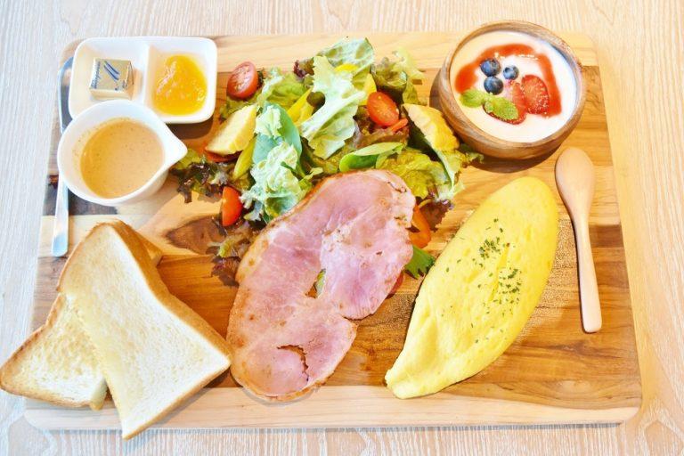 ホテルの朝食といえば定番のオムレツがのった「オムレツプレート」1.800円。
