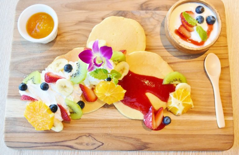 フルーツたっぷりの「パンケーキプレート」1.800円など朝からボリューミーでテンションが上がってしまいます。