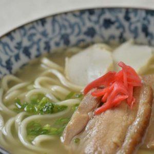 「沖縄そば」(720円)  沖縄そばは、上品な香りのスープが自慢。テビチをトッピングしたり、好みのアレンジでどうぞ。