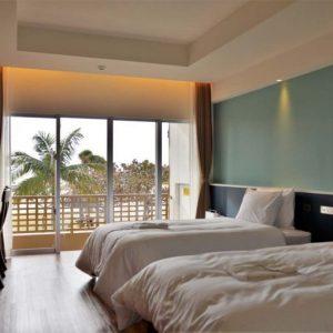 オーシャンビュールーム スタンダードツインA(35㎡)。すべての客室から海が見渡せます。