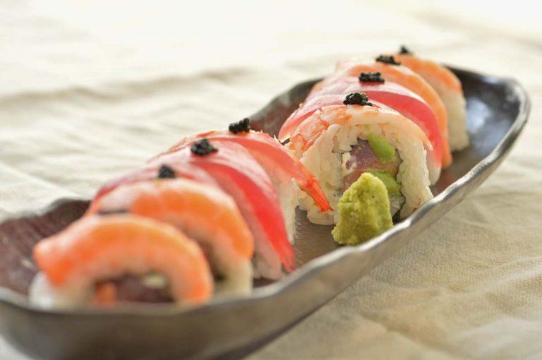 「美浜ロール」(980円)  沖縄風海鮮巻き寿司。沖縄は、近海でマグロが獲れるため、日本で数少ない生のまま水揚げされる漁港。ぜひ、流通過程でいちども冷凍されない、本物の味を堪能して!