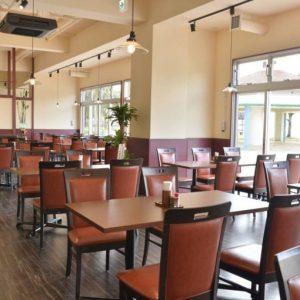 ホテルの一階にある〈リンケンズキッチン〉。席間もゆったりと配置され、広々とした店内。夕陽を眺めながらのディナーをぜひ!