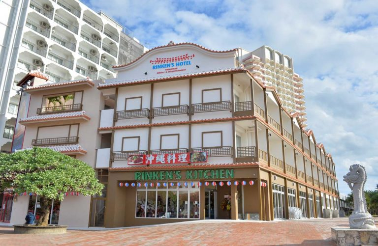 沖縄有数の夕景スポットとして知られる北谷サンセットビーチの真ん前に建つリンケンズホテル。全25室のこぢんまりしたホテルで、そのロケーションとアットホームな雰囲気に早くもリピーターが続出。