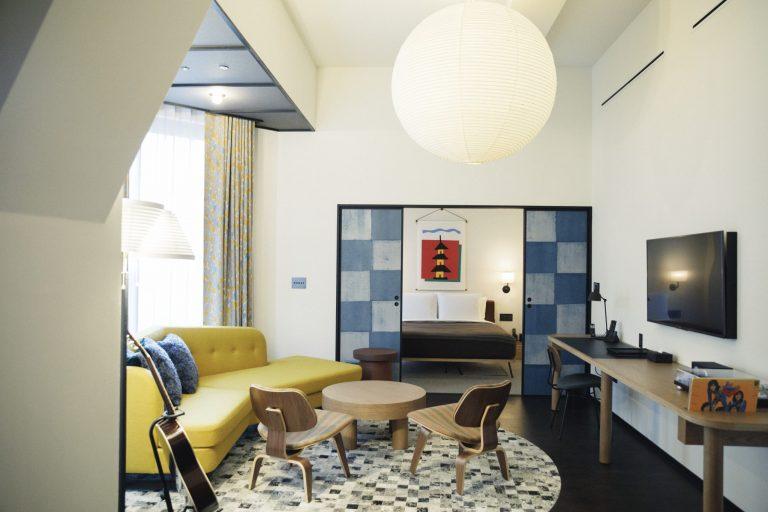 市松模様の襖で仕切られたベッドルームとリビング。旧京都中央電話局の窓枠をそのまま使用している部屋もある。