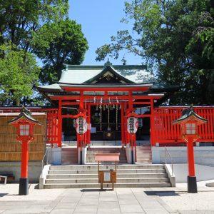 鮮やかな朱色の鳥居の先には神殿が。