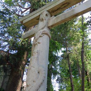 向かって左側の柱には「昇龍」。