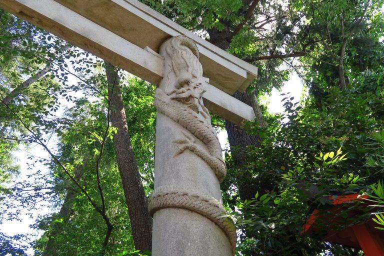 右側には「降龍」の彫刻が。