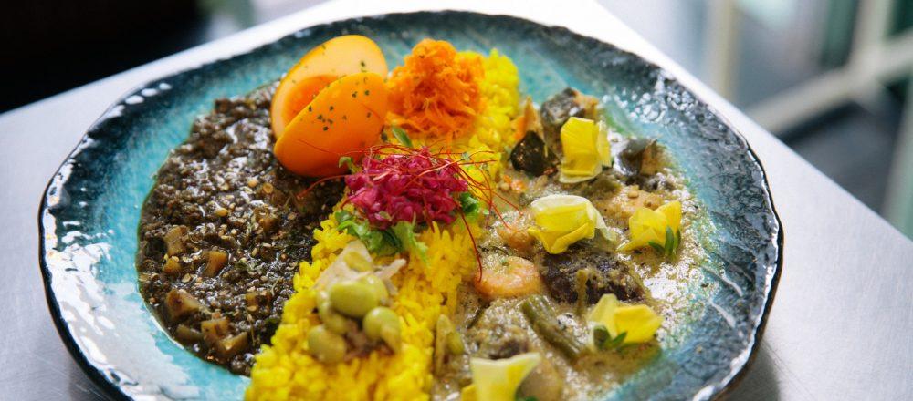<span>【カレーときどき村田倫子】</span> カレー好き必食の人気店が銀座に!〈スパイシーカリーハウス 半月〉の魅惑フレーバーカレーをいただく。